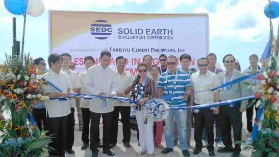 Inauguration. Cebu Vice Gov. Agnes A. Magpale with Solid Earth Development Corp. (SEDC) president Dennis B. Tenefrancia and San Fernando Vice Mayor Miguel Antonio Canoy cuts the ceremonial ribbon to inaugurate SEDC's expanded port in barangay South Poblacion.