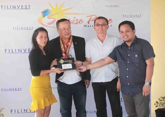 Turnover. Homeowner Jonalyn Lenor (left) receives from Filinvest Land, Inc. area general manager Allan G. Alfon and project development officer Archie M. Igot (right) the symbolic key to her new home at Sunrise Place Mactan in Agus, as Lapu-Lapu City administrator Teodulo Ybañez (center lefteft) witnesses on behalf of Mayor Paz C. Radaza.