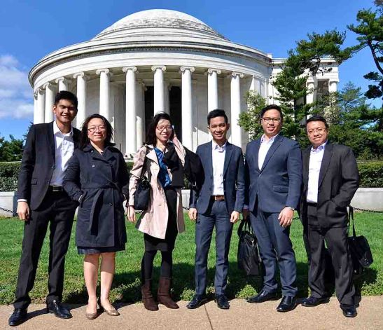 Moot Court. The team from the University of San Carlos (USC) College of Law and Governance stand before the Jefferson Memorial with Law Dean Joan S. Largo (2nd from left) and head coach Atty. Daryl Bretch Largo (extreme right). They are, from left: Rheland Servacio, Kay Beverly Go, Rashid Pandi, and Vincent Joseph Cesista.