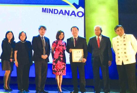 Pag-IBIG 'Top Developer'. Johndorf Ventures Corp. president and CEO Richard Lim (3rd from right) receives the 2014 Top Developer Award from HDMF/Pag-IBIG CEO Darlene Marie B. Berberabe (center) along with her deputies and HDMF trustees at the SMX Convention Center in Pasay City last Feb. 26.
